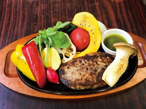 手作りハンバーグと秋野菜のグリルバジルソース