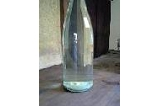 にごりは下に沈殿します。ろ過機を使わず手作業で、きれいな上澄みだけをビン詰め。正真正銘、『無ろ過生ワイン』の誕生です。