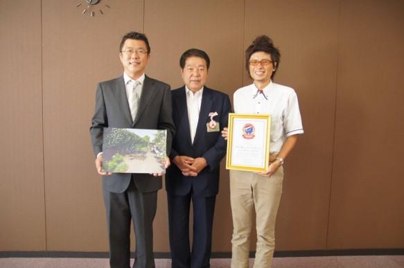 厚木市長へ、つるバラ日本一報告時の笹生(左)