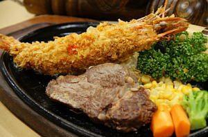 ヒレステーキと有頭特大エビフライ!サクサクした衣とジューシーな肉厚ステーキの食感を両方お楽しみいただけます。