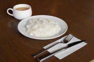 カップコンソメスープ、ライスがつきます。 +100円でみがき玄米パンに変更出来ます。